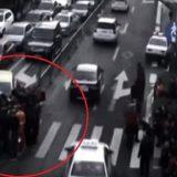 Peatones levantan un coche para salvar a un niño atrapado bajo las ruedas